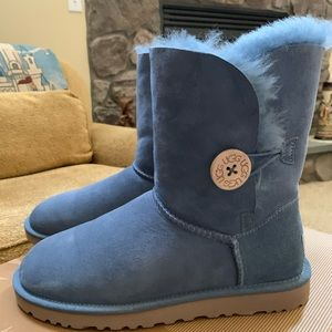SLIGHTLY USED: W Size 7 /UGG Bailey Button/ (DHBL)